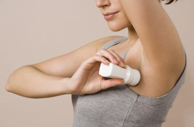 Как убрать белые пятна от дезодоранта на черной одежде? Как удалить загрязнения у подмышек на белье, как отстирать следы пота с одежды под мышками