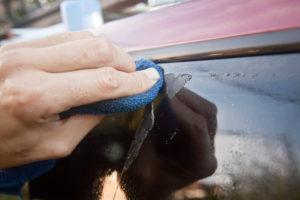 Чем оттереть клей от наклейки со стекла: самые эффективные способы