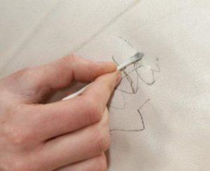 Чем вывести пасту от ручки с кожзама