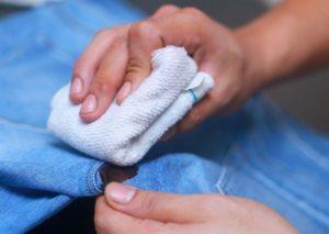 Как убрать клей момент с одежды в домашних условиях