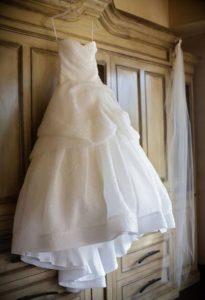 Как правильно стирать платье о выведении пятен