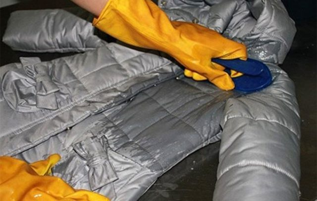 Как стирать парку вручную и в стиральной машине, чем стирать и при какой температуре